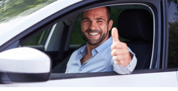 Fotolia_88944742_S_IT_homme_voiture_pouce_en_l'air_featured1528707410.png